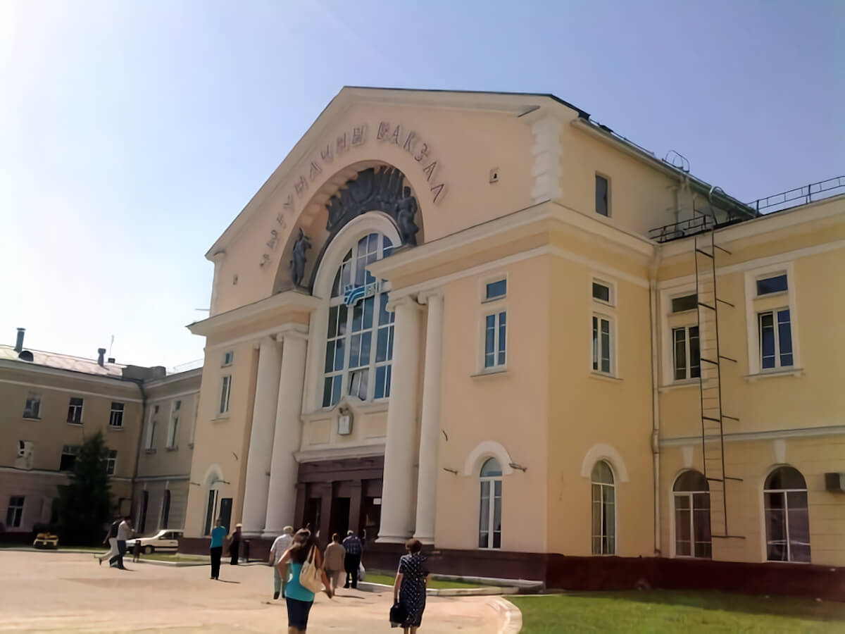 Здание вокзала в городе Барановичи, выход в город